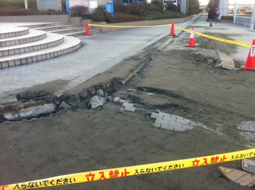 これはひどい! 千葉特派員からの画像です。海浜幕張駅周辺の液状化の跡。地震にはよく見ら...